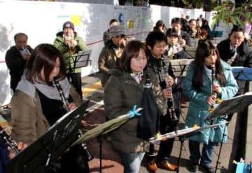 フィニッシュ地点で演奏するニュー・シティ・ウインズのメンバー