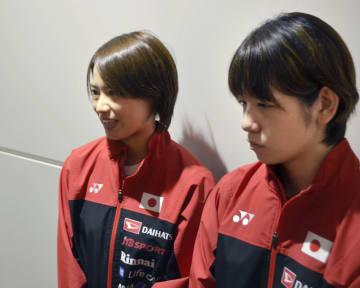 帰国後取材に応じる福島由紀(左)、広田彩花のペア=28日午後、羽田空港
