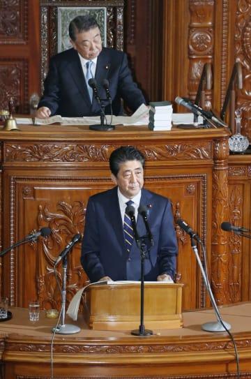 衆院本会議で施政方針演説をする安倍首相=28日午後