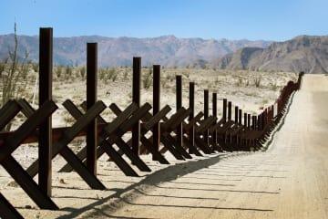 米国とメキシコの国境に沿って設置された柵=26日、米カリフォルニア州(ゲッティ=共同)