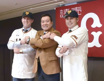 巨人の入団記者会見で原監督とポーズをとるビヤヌエバ(右)とクック=28日、東京都内