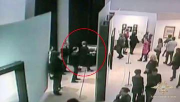 モスクワのトレチャコフ美術館で男がロシア人画家クインジの風景画を盗んだ瞬間をとらえた防犯カメラの映像(ロシア内務省提供、タス=共同)
