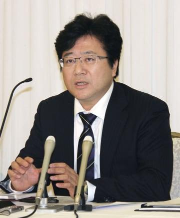 記者会見するトヨタ自動車労働組合の西野勝義委員長=28日夜、愛知県豊田市