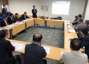 ジェトロの職員からベトナム経済について説明を受ける南日本経済視察団=ベトナム・ハノイ