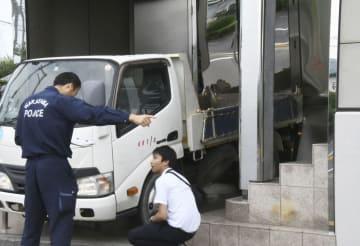 昨年6月、山口組系組長宅に突っ込んだトラック=和歌山市