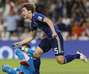日本―イラン 後半、先制ゴールを決め喜ぶ大迫=アルアイン(共同)