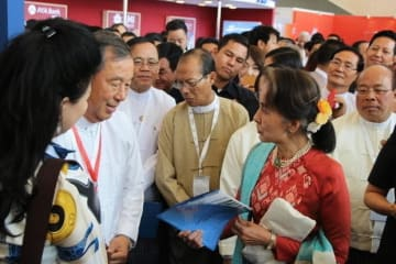スー・チー国家顧問と話すアジアワールドのトゥン・ミン・ナイン会長(左の男性)=28日、ネピドー(NNA)