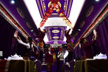 青海チベット高原を駆け抜ける「動くレストラン」で舌鼓