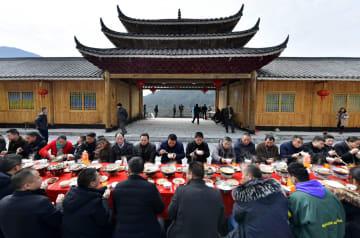 「合攏宴」で新春を迎える 湖北省恩施
