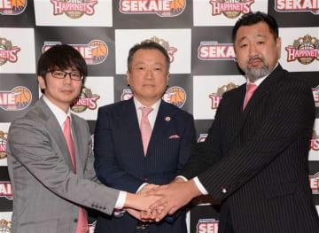 クラブの業務提携を結んだ(左から)水野社長、金井代表、長谷川TD