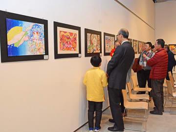 中国・杭州市の小中学生が描いたイラストなどが並ぶ会場=岐阜市司町、みんなの森ぎふメディアコスモス