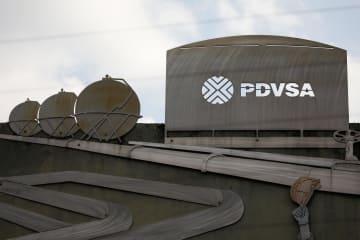 カラカスにある国営ベネズエラ石油のビルの看板=28日(ロイター=共同)