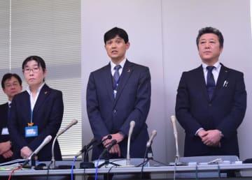 野田市の小4女児が死亡した事件で、一時保護した2017年や同年以降の対応について説明する千葉県柏児童相談所長(中央)ら=28日、県庁