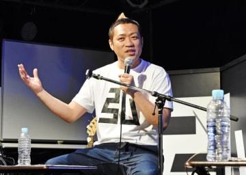 上京した当時、自分のキャラクターを追求し「佐賀で育った田舎もん」を意識して活動してきたと話すはなわさん=佐賀市のGEILS