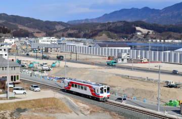 復興へ歩む地域を試運転で走り抜ける三陸鉄道の車両=28日、山田町飯岡