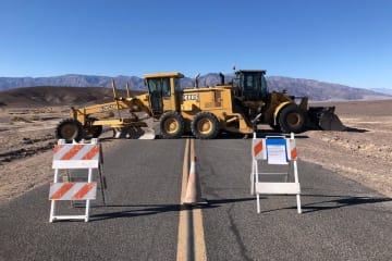 米連邦政府機関の一部閉鎖に伴い、国立公園の道路をふさぐ工事車両=1月10日、カリフォルニア州(ロイター=共同)