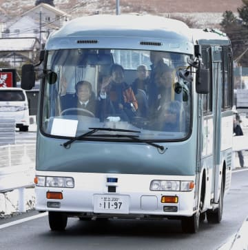 BRT専用道で行われた、自動運転の実証実験。運転手がハンドルから手を離し走行した=29日午前、岩手県陸前高田市