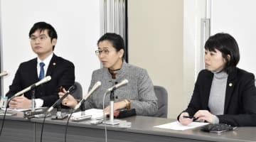 熊本県の女性が不妊手術強制を巡り国に損害賠償を求めて提訴、記者会見をする弁護団=29日午前、熊本市