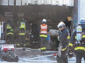 ガソリンに引火し、火災が起きた営業所の倉庫=29日午前10時15分ごろ、室蘭市寿町1