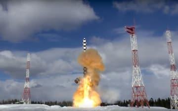 「サルマト」の発射実験=2018年3月30日、ロシア北部プレセツク宇宙基地(ロシア国防省提供・AP=共同)