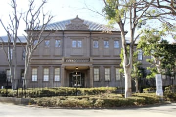 木々に囲まれて立つ旧東京音楽学校奏楽堂=東京都台東区