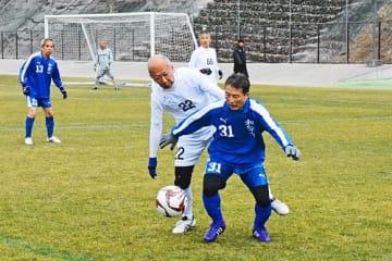 【ねんりんピックサッカー交流大会のリハーサル大会でボールを奪い合う和歌山県と兵庫県の選手(和歌山県上富田町朝来の上富田スポーツセンターで)】