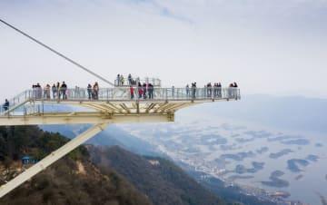 絶景を満喫 ガラスの展望台が使用開始 湖北省陽新県