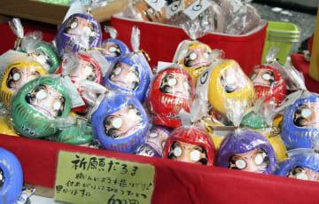 メンバー5人のイメージカラーを配した大野神社のだるま=29日午後、滋賀県栗東市