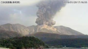 気象庁のカメラが撮影した噴火する鹿児島県・口永良部島の新岳=29日午後5時16分