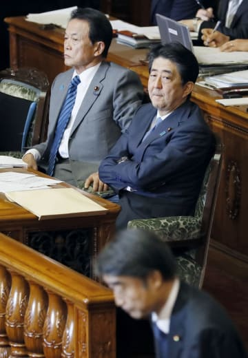 参院本会議で毎月勤労統計の不正調査問題に関する答弁を終え、一礼する根本厚労相(手前)を見る安倍首相。左は麻生財務相=29日午後