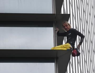 29日、マニラの高層ビルを登るアラン・ロベールさん(AP=共同)