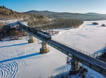 温かい気持ち乗せ、極寒の大地走る格安列車
