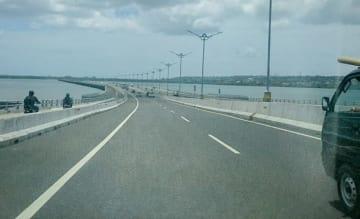 バリ島のマンダラ海上高速道路には、二輪車専用道路が設けられている(NNA撮影)