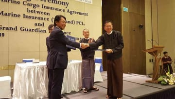 外航貨物保険の再保険契約を締結したTMITHの桐生裕規社長(左)とGGIのミョー・ナウン社長=29日、ヤンゴン(東京海上日動火災保険提供)