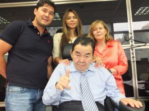 羽藤譲二氏と家族の記念写真(撮影・望月二郎)