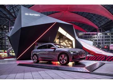"""アウディは電気自動車Audi e-tronの販売開始に先立ち、""""隕石""""をモチーフにした展示をミュンヘン空港で実施する"""