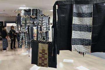 「マエダレ」と呼ばれる鮮やかな前掛けや「タッツケ」がつるして展示されている会場=東京・浅草