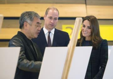 29日、英スコットランドの「ビクトリア&アルバート博物館ダンディー」で、隈研吾氏(左)の説明を聞くウィリアム英王子とキャサリン妃(Michael McGurk氏撮影、同博物館提供・共同)