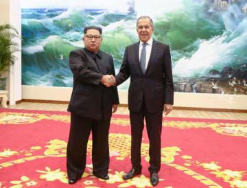 2018年5月31日、ロシアのラブロフ外相(右)と握手する北朝鮮の金正恩朝鮮労働党委員長(タス=共同)