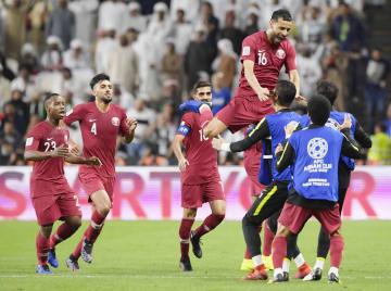 カタール―UAE 前半、先制ゴールを喜ぶカタールのイレブン=アブダビ(共同)
