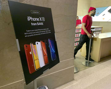 「iPhone(アイフォーン)XR」への買い替えを促す米アップルの宣伝=2018年12月、ニューヨーク(共同)