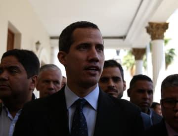 29日、ベネズエラ・カラカスで、メディアの取材に答えるグアイド国会議長(ゲッティ=共同)