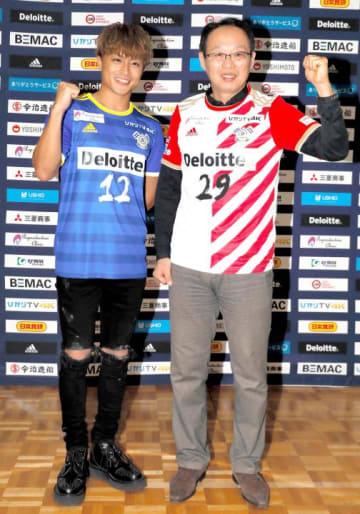 ボーダー柄を基調とした新ユニホームを披露する岡田武史オーナー(右)とデザインした白濱さん=25日、テクスポート今治
