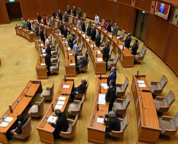 県民投票条例の改正案を賛成多数で可決する県議会。出席議員のうち、自民党会派の5人は反対、2人は退席した=29日午後5時すぎ、県議会