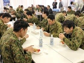 ホッキカレーを食べながら体を温める支援隊