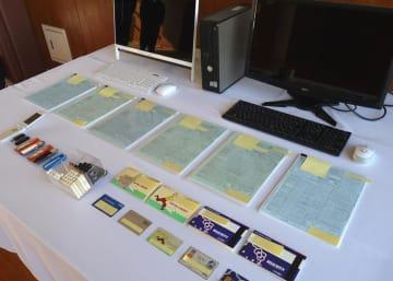 鈴木容疑者が税理士業務に使っていたとみられる書類など=29日、鎌ケ谷署