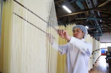 「そうめん振興や古里発展に貢献したい」と意気込む吉岡さん=南島原市布津町、吉岡製麺工場