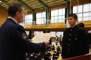 生徒代表(右)に感謝状を贈る城下署長=諫早市立西諫早中