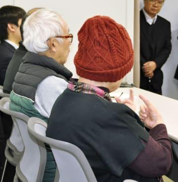 提訴後、記者会見する夫婦=30日午前、大阪市の司法記者クラブ