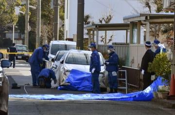 発砲とみられる事件があった現場付近を調べる捜査員ら=30日午前11時49分、神戸市西区